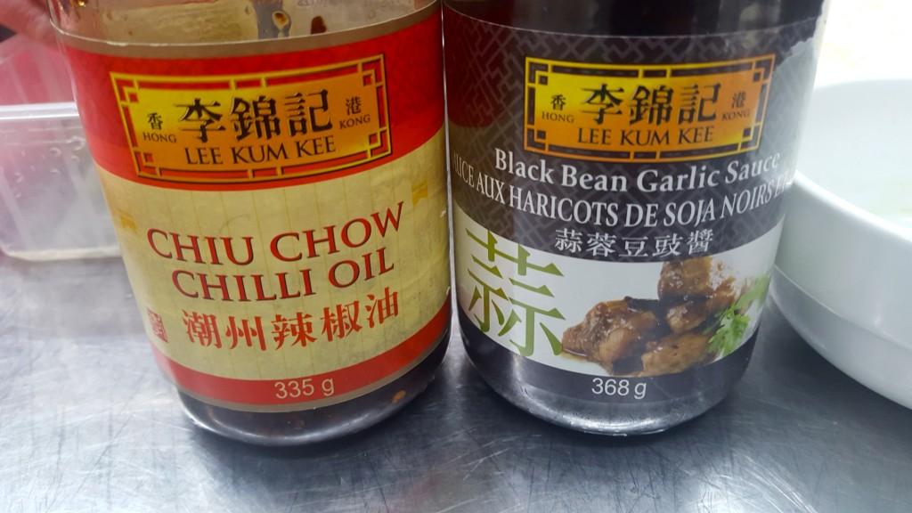 Huile de piment (à gauche) et sauce aux haricots de soja noirs (à droite)