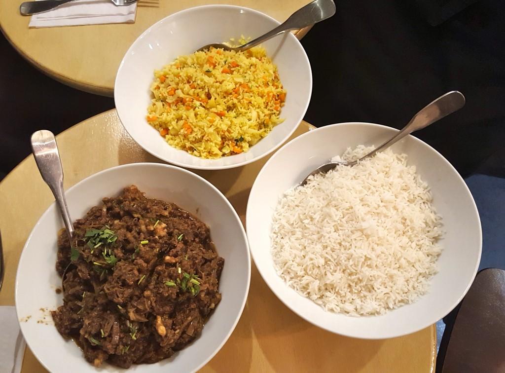 Nous avons décoré avec un brin de coriandre et il nous restait un peu de riz sauté (jaune).